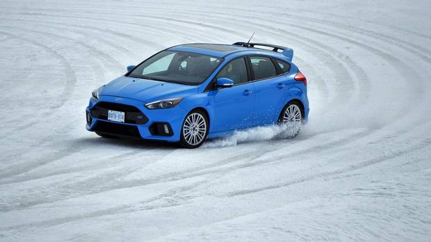 fun in the snow with the ford focus rs. Black Bedroom Furniture Sets. Home Design Ideas